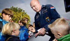 NOORDWIJK - Andre Kuipers deelt handtekeningen uit aan de jonge bezoekers. 8572 mensen bezochten zondag de open dag van het European Space Agency (ESA) en de naastgelegen Space Expo. Op het programma stonden 3D films over de ruimte, rondleidingen door de gebouwen, lezingen en signeersessies door astronauten als Andre Kuipers, Ulf Merbold  en Reinhold Ewald. Kinderen kunnen zelf raketten maken en als astronaut op de foto. FOTO GUUS SCHOONEWILLE